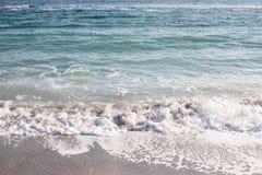 Mjuk våg av Black Sea på den sandiga stranden royaltyfria bilder