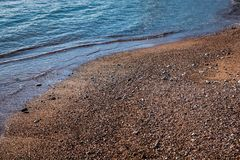 Mjuk våg av det blåa havet på den sandiga stranden royaltyfri fotografi