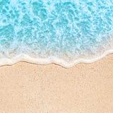 Mjuk våg av det blåa havet på den sandiga stranden med text för kopieringsutrymmefr Fotografering för Bildbyråer