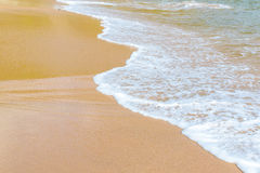 Mjuk våg av havet på den sandiga stranden Arkivbild
