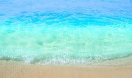 Mjuk våg av havet på den sandiga stranden Bakgrund selektivt arkivbild