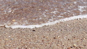 Mjuk våg av havet på den sandiga stranden, solig dag Närbildskytte, selektiv fokus arkivfilmer