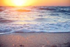 Mjuk våg av havet på solnedgången Royaltyfri Bild