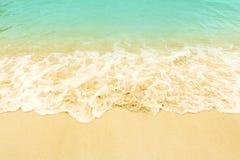 Mjuk våg på stranden Sommarsäsong på tomma tropiska strandwi Royaltyfria Bilder