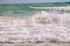 Mjuk v?g av det bl?a havet p? den sandiga stranden Bakgrund royaltyfri foto
