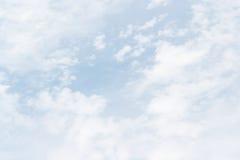 Mjuk vit fördunklar mot bakgrund för blå himmel och tömmer utrymme Royaltyfria Foton