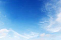 Mjuk vit fördunklar mot bakgrund för blå himmel och tömmer utrymme Arkivfoto