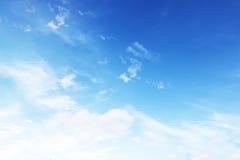 Mjuk vit fördunklar mot bakgrund för blå himmel och tömmer utrymme Arkivfoton