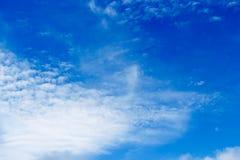 Mjuk vit fördunklar mot bakgrund för blå himmel och tömmer utrymme Arkivbild