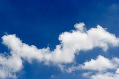 Mjuk vit fördunklar mot bakgrund för blå himmel och tömmer utrymme fo Royaltyfri Foto