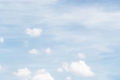 Mjuk vit fördunklar mot bakgrund för blå himmel och tömmer utrymme fo Arkivbilder