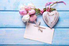 Mjuk vit och rosa färger fjädrar tulpan, den tomma etiketten och dekorativt H Royaltyfri Fotografi