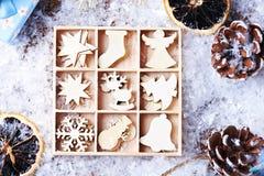 Mjuka beigea träleksaker för jul på en snöbakgrund Royaltyfria Foton