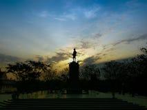 Mjuka focuslights Sillhouette statyn för konung Chulalongkorn Fotografering för Bildbyråer