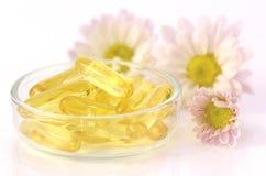 Mjuka gelatinkapslar av diet-tillägget i varm ljus signal Royaltyfri Fotografi