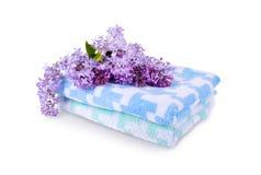 Mjuka handdukar med blommor av lilan Arkivbilder