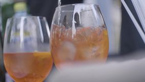 Mjuka kalla drinkar på bröllopet Ram Närbild av två exponeringsglas med orange coctails lager videofilmer