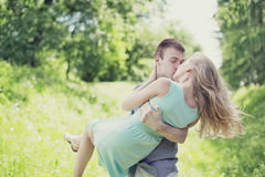 Mjuka söta kysspar utomhus, förälskelse, förhållanden Royaltyfri Bild