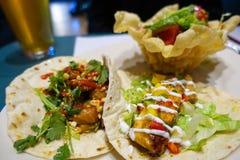 Mjuka taco och frasig tacosallad arkivbild