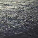 Mjuka vågor i Atlantic Ocean arkivbilder