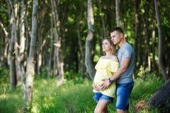 Mjukhet av gravida par Arkivbilder