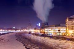 Mjukna kantsikten av den djupfrysta Moskvafloden nära hotell för fem stjärna i jul Royaltyfria Foton