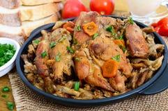 Mjukt kaninkött med skogchampinjoner En diet-maträtt Arkivbild