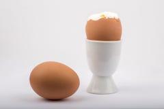 Mjukt kokt ägg i en äggkopp och ett kokt ägg Royaltyfri Foto