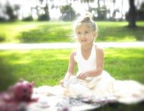 Mjukt ljus, liten flicka, tebjudning Royaltyfria Bilder