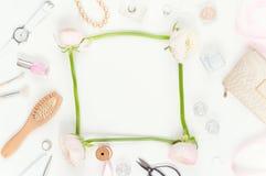 Mjukt minsta flatlay med rosa ranunculos Fotografering för Bildbyråer