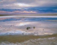 Mjukt mulet gryningljus på Badwater, Death Valley nationalpark, Kalifornien Arkivfoton