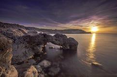 Mjukt silkeslent vatten på den mirakulösa solnedgången Fotografering för Bildbyråer