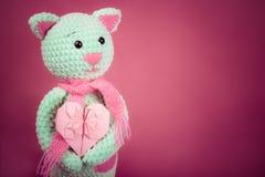 Mjukt stuckit katt- och valentinkort på rosa bakgrund Mjuk stucken leksak Romantisk gåva kopiera avstånd arkivfoton