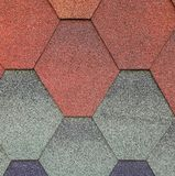Mjukt taklägga, för taket sexhörnigt Röd bakgrundsfärg -, blått, grått - som är grön Texturen av taklägga royaltyfri fotografi