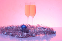 Mjukt tonat foto av jul och garnering för nytt år och två exponeringsglas av champagne med reflexion Royaltyfri Bild