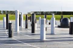 MK罗斯纪念碑和柱子在多云天空,米尔顿凯恩斯下 免版税库存照片