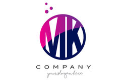 Mk M K Circle Letter Logo Design avec Dots Bubbles pourpre Images libres de droits