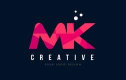 Mk M K Letter Logo avec le bas poly concept rose pourpre de triangles Photo stock