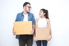 MKB of freelance Aziatische vrouw en man die met doos het werken royalty-vrije stock fotografie