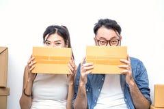 MKB of freelance Aziatische vrouw en man die met doos het werken stock afbeelding