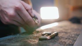 Mknąca galeria Młodego człowieka uncharge nabojowa klamerka zbiory