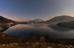Mknąca gwiazda podczas gwiaździstej nocy nad Mt Fuji przy Motosuko lak Zdjęcie Stock