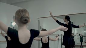 Mknący baletniczy nauczyciel przez uczni które próbują kopiować baletniczego ruchu Tana nauczyciel wziąć przez zbiory