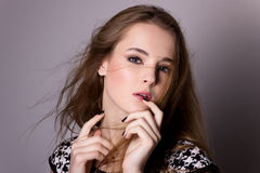 Mknący wzorcowy testowanie młoda ładna dziewczyna Profesjonalisty wzorcowy pozować w studiu na czarnym tle obraz royalty free