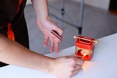 Mknący zakończenie ręka męski masażysta który tworzy aromatycznego a Zdjęcie Royalty Free