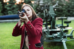 Mknące kobiety trzyma pistolet Zdjęcie Stock