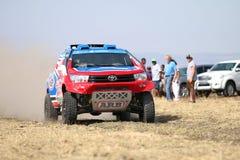 Mknięcia błękita i czerwieni Toyota Hilux bliźniacza taksówka zbiera samochodowego frontowego widok Zdjęcie Royalty Free