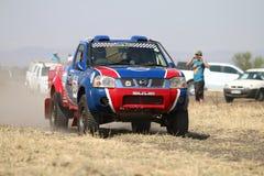 Mknięcia błękita i czerwieni Toyota Nissan taksówki wiecu pojedynczy samochód stać na czele v Obrazy Stock