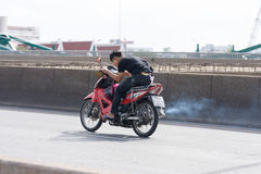 Mknięcie motocykl, mężczyzna przyśpiesza w górę motocyklu Zdjęcia Royalty Free