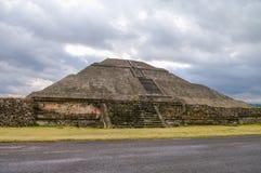 Mäktig sikt till pyramiden av solen och Avenidaen av dödaen på Arkivbild